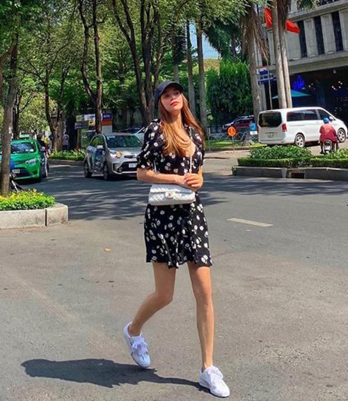 Hà Hồ đầy trẻ trung khi tung tăng trên phố với váy hoa, mũ lưỡi trai và giày thể thao đậm chất hè.