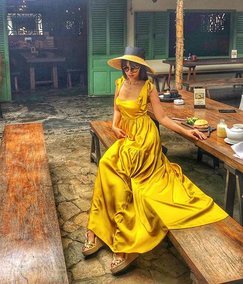 Hà Anh diện chiếc váy vàng rực rỡ còn hơn nắng.