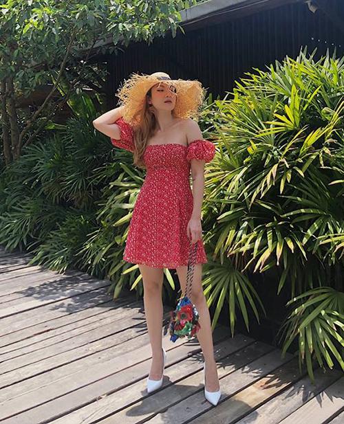 Váy trễ vai hoa nhí là lựa chọn đầy mát mẻ ngày hè của Yến Nhi.