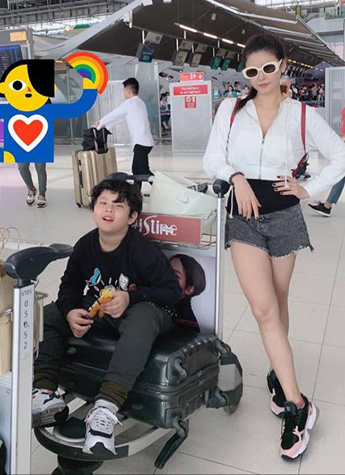 Trương Quỳnh Anh khỏe khoắn ở sân bay, đưa con trai về Việt Nam sau chuyến du lịch Thái Lan.