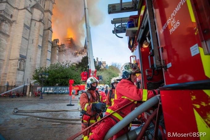 """<p> """"Hàng trăm lính cứu hỏa vẫn đang làm hết sức mình để khống chế hỏa hoạn tại Nhà thờ Đức Bà. Tất cả các phương tiện đều được huy động, ngoại trừ máy bay chở nước, bởi nếu sử dụng có thể dẫn tới sự sụp đổ toàn bộ cấu trúc nhà thờ"""", Cơ quan an ninh dân sự Pháp cho biết.</p>"""