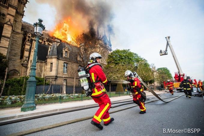 <p> Truyền thông Pháp dẫn lời Bộ Nội vụ cho hay hàng trăm lính cứu hỏa đã được huy động để kiểm soát ngọn lửa. Video do Bộ Nội vụ Pháp công bố cho thấy, nhà chức trách đã triển khai khoảng 400 lính cứu hỏa, bơm nước từ sông Seine và sử dụng máy bay không người lái để khảo sát thiệt hại.</p>