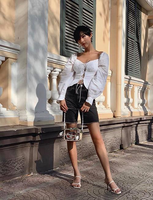 Khánh Linh lăng xê hai xu hướng hot hè này: áo cổ vuông vai phồng và quần biker shorts denim chất lừ.