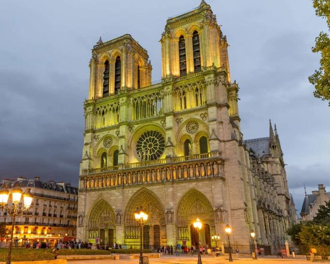 <p> Mặt chính nhà thờ hướng Tây, mặt hậu hướng Đông. Phía mặt tiền nhà thờ (hướng Tây) có cấu trúc đối xứng. Cửa giữa lớn và rộng nhất, hai cửa hai bên cao bằng nhau. Tháp phía Bắc gồm 387 bậc cầu thang, trong khi tháp phía Nam chứa 10 chiếc chuông lớn.</p>