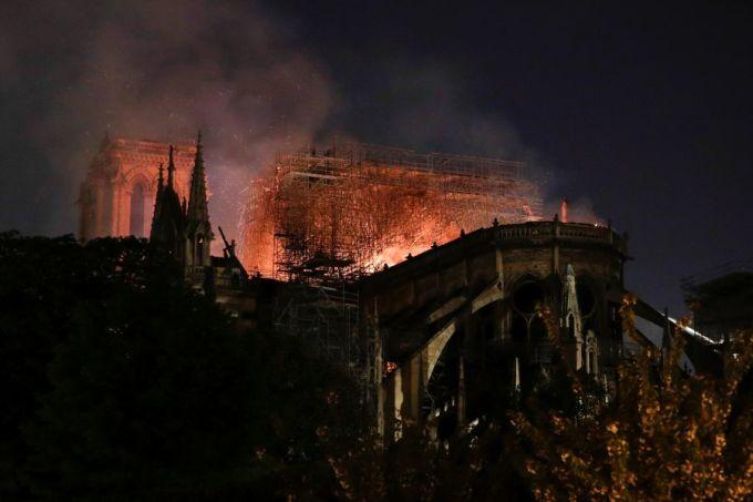 """<p> """"Khi những khách du lịch cuối cùng đang cố gắng tiến vào trong ngày, cánh cửa nhà thờ Đức Bà đột ngột đóng lại mà không có lời giải thích"""", <em>New York Times</em> dẫn lời nhân chứng cho biết.</p>"""