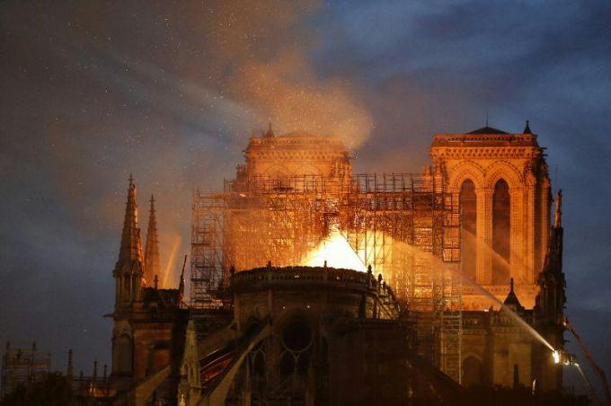 <p> Notre-Dame Paris, một công trình nghệ thuật nổi tiếng của nước Pháp, gặp hỏa hoạn vào khoảng 19h ngày 15/4 theo giờ địa phương, tức khoảng nửa đêm ở Hà Nội. <em>AFP</em> trích lời Tổng thống Pháp cho biết, điều tồi tệ nhất đã đi qua.</p>