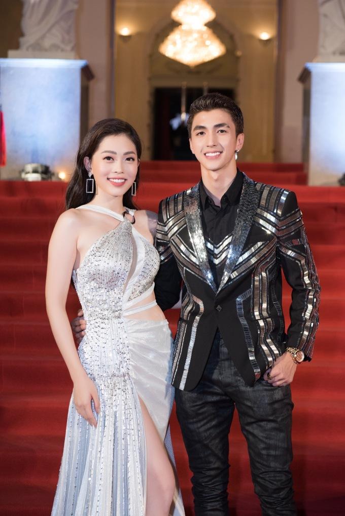 <p> Cô và bạn trai Bình An trên thảm đỏ. Cả hai thoải mái pose hình tình cảm trước ống kính phóng viên sau khi công khai tình cảm.</p>