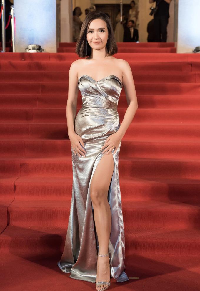 <p> Ca sĩ Ái Phương chọn váy màu xám tro, kiểu cup ngực khoe vòng một đầy đặn.</p>