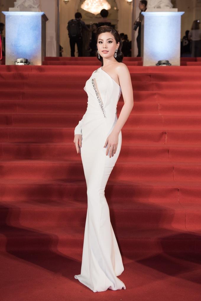 <p> Á hậu Diễm Trang sang trọng, quý phái với đầm trắng ôm sát.</p>