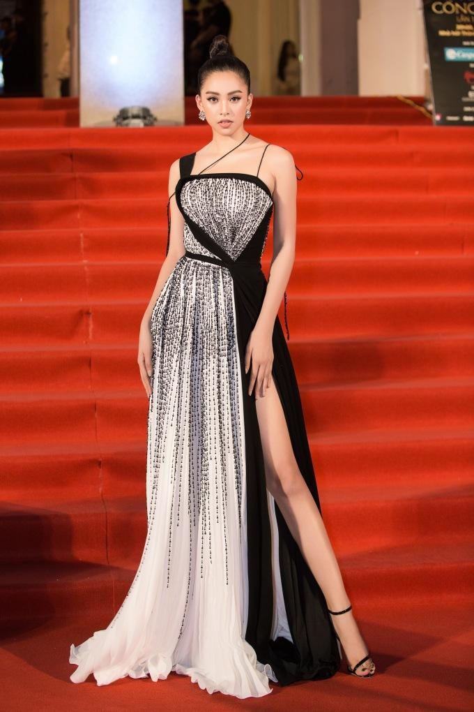 <p> Hoa hậu Trần Tiểu Vy cuốn hút với đầm xẻ đùi cao.</p>
