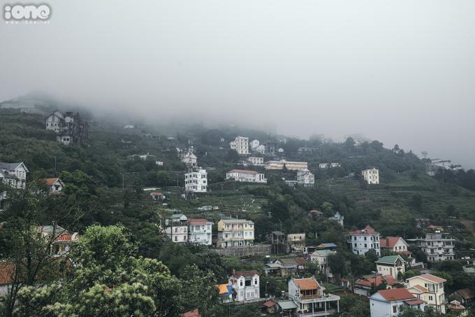 <p> Nằm ở độ cao hơn 1.000m so với mực nước biển, Tam Đảo luôn có nhiệt độ trung bình thấp hơn khoảng 5 đến 6 độ C so với thành phố Vĩnh Yên (tỉnh Vĩnh Phúc). Mây và sương mù là đặc trưng của Tam Đảo.</p>