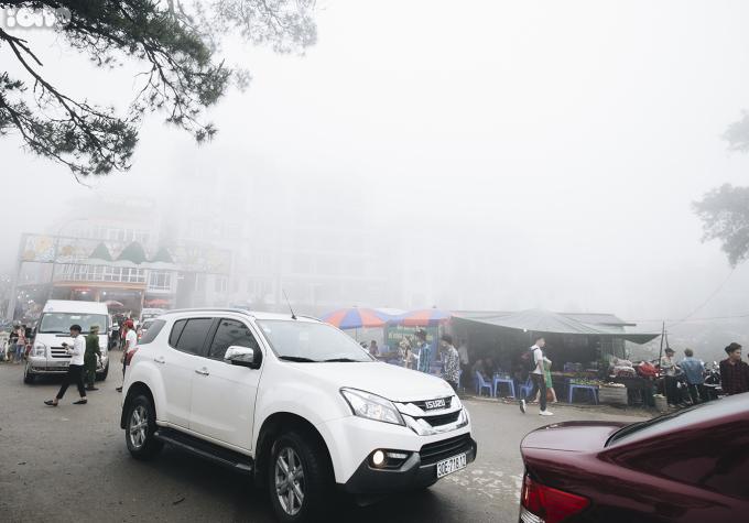 """<p> Những dãy nhà cao tầng dường như bị sương mù """"nuốt chửng"""".</p>"""