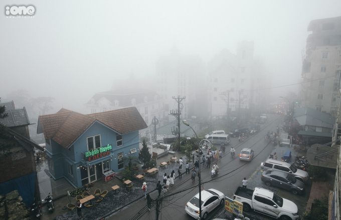 <p> Nhìn từ nhà thờ đá cổ, thị trấn Tam Đảo chìm trong sương mù khiến nhiều người thích thú khi lần đầu tiên đặt chân đến đây.</p>