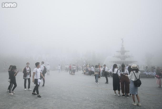 <p> Quảng trường như biến mất trong làn sương trắng xóa.</p>