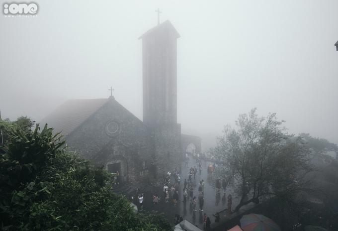 <p> Sương mù khiến nhà thờ đá cổ trở nên huyền ảo hơn.</p>