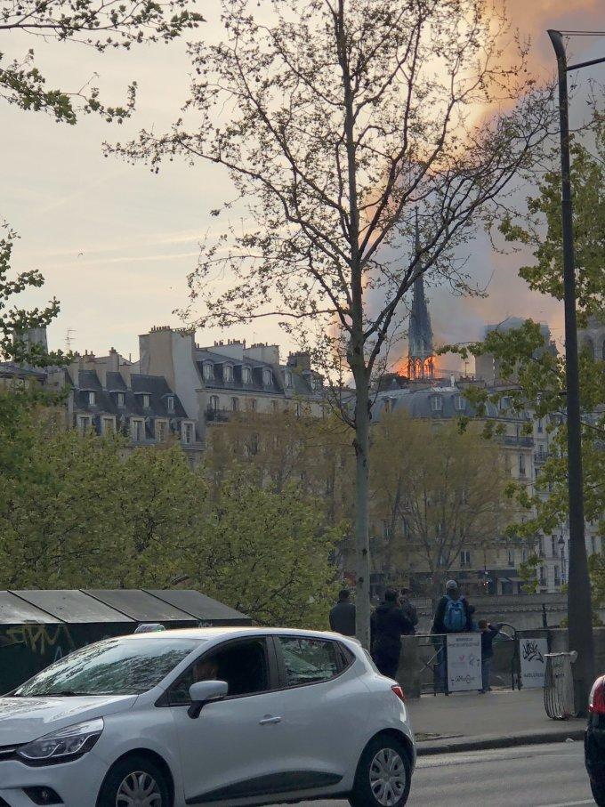 <p> Theo tờ Le Monde, ngọn lửa bốc cháy từ mái giáo đường. Tại nhiều địa điểm ở Paris đều có thể quan sát vụ cháy khá rõ ràng do đám cháy lớn, cột khói bốc lên cao.</p>