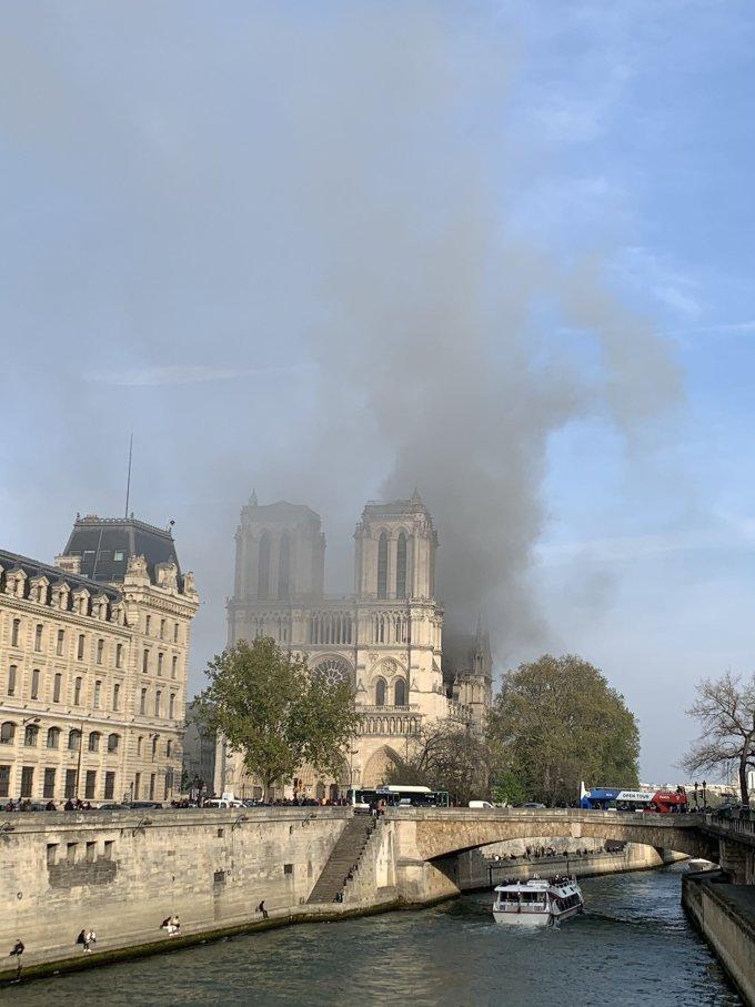 <p> Hiện chưa xác định được nguyên nhân vụ cháy, nhưng các nhà chức trách cho biết có thể vụ cháy bắt nguồn từ việc thi công sửa chữa nhà thờ. Vụ cháy xảy ra vào thời điểm khá nhạy cảm khi chuẩn bị đón đại lễ Phục Sinh.</p>