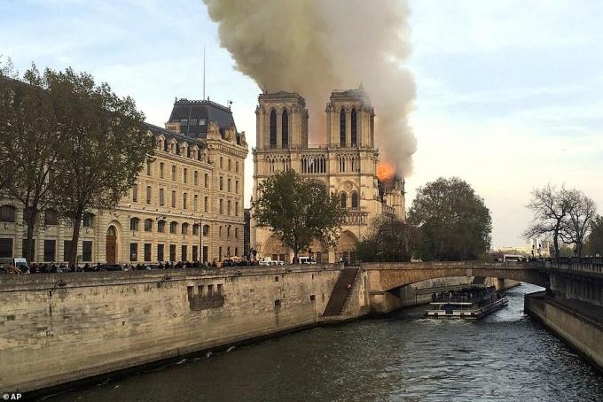 Nhà thờ Đức Bà Paris cháy lớn