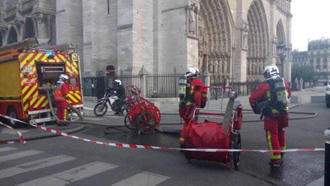 <p> Ngọn lửa được khống chế sau nhiều giờ, nhiều lính cứu hỏa bị thương.</p>