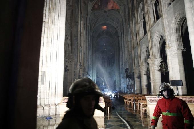 """<p> Lính cứu hỏa tiến sâu vào phía trong kiến trúc tòa nhà. """"Việc lính cứu hỏa có thể ngăn đám cháy lan rộng như họ đã làm và cứu một phần lớn tòa nhà, bao gồm cả hai tháp chuông, đó là một nỗ lực to lớn. Những nhân viên cứu hỏa ở Paris xứng đáng được khen ngợi"""", một quan chức nói.</p>"""