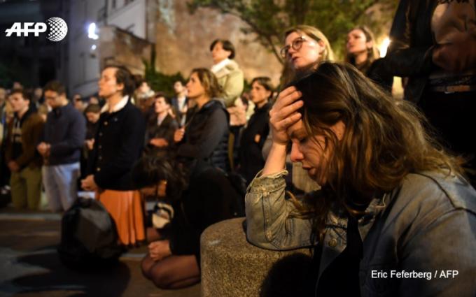 <p> Họ bất lực, chỉ biết quỳ xuống cầu nguyện.</p>
