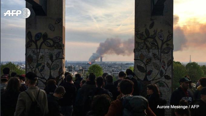 <p> Người dân và du khách khắp nơi đều hướng về Nhà thờ Đức Bà với những cảm xúc lo lắng, mong mỏi đám cháy sớm được dập tắt.</p>