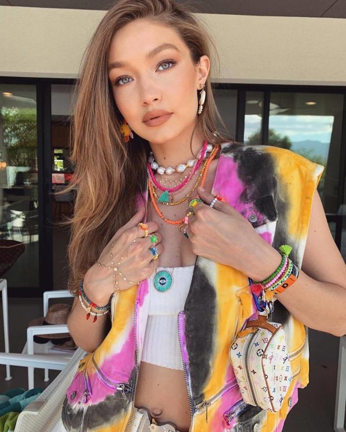 <p> Các sao trẻ cũng không bỏ qua cơ hội để hòa mình trong không khí vui nhộn ở Coachella. Gigi Hadid...</p>