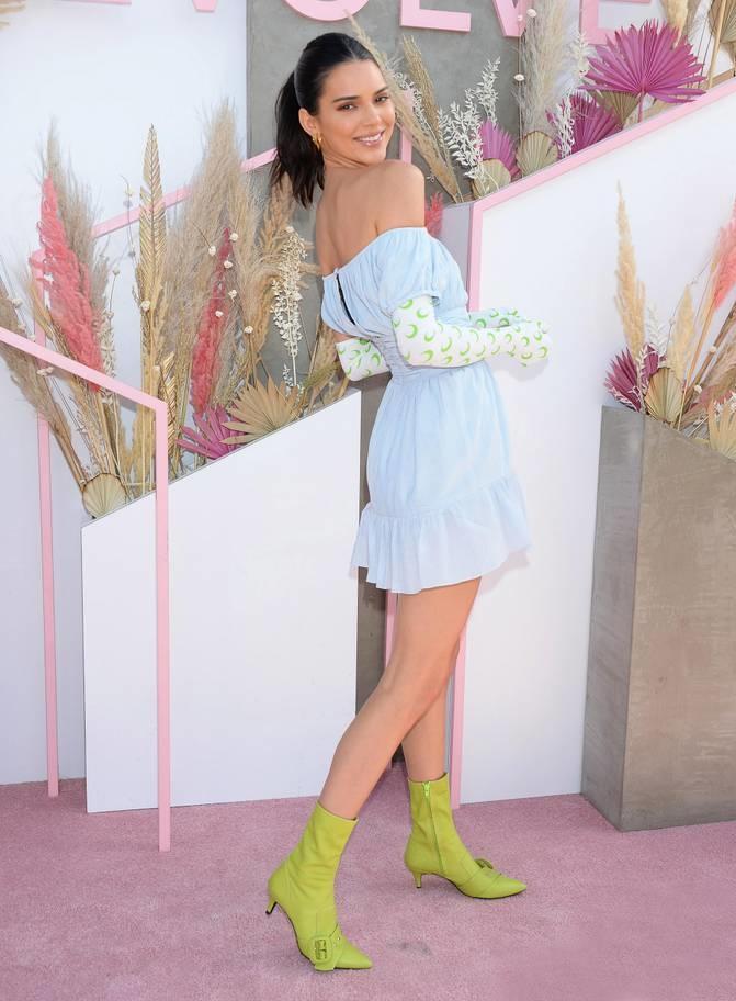 <p> ... và Kendall Jenner là những khách mời quen thuộc hàng năm. Năm nay, hai cô nàng chủ yếu chọn những bộ cánh rực rỡ màu sắc nhưng không quá hở bạo.</p>