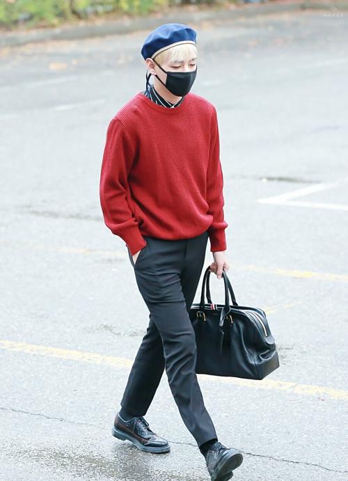 V nổi tiếng là thành viên có gu thẩm mỹ độc đáo nhất BTS. Anh chàng được gọi là ông hoàng thời trang với những set đồ streetstyle được mix matchsành điệu.
