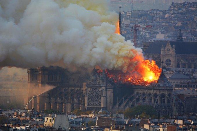 <p> Ngọn lửa quét qua nhà thờ Đức Bà Paris đã làm hư hại nặng nề một trong những biểu tượng nổi tiếng và thiêng liêng. Tòa tháp chuông sụp đổ, hai phần 3 mái nhà bị phá hủy.</p>