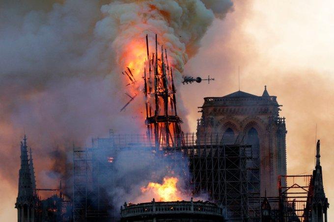 """<p> Các trang nhất của báo Pháp hôm nay đồng loạt đưa tin về vụ <a href=""""https://ione.net/photo/hong/nhung-hinh-anh-dau-tien-trong-nha-tho-duc-ba-paris-sau-vu-chay-3909806.html"""">cháy kinh hoàng</a> tại Nhà thờ Đức Bà Paris hôm 15/4. """"Trái tim nước Pháp vùi trong đống tro tàn"""", các tiêu đề nhắc đến thiệt hại nặng nề của biểu tượng tòa tháp 850 năm.</p>"""