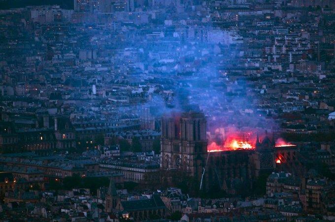 <p> Nguyên nhân của vụ hỏa hoạn chưa được công bố song, truyền thông Pháp dẫn nguồn từ cảnh sát cho hay rất có thể do công trình xuống cấp trầm trọng, vật liệu bên trong dễ gây cháy nổ.</p> <p> </p>