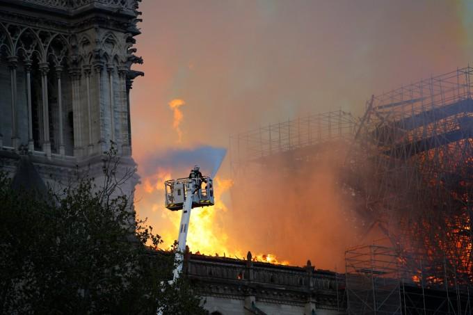 """<p> """"Tôi xin được cùng chia sẻ với tất cả các tín đồ Công giáo và toàn thể người dân Pháp. Giống như tất cả đồng bào, tôi rất buồn khi thấy một phần của chúng ta bị thiêu rụi"""", Tổng thống Pháp đau buồn.</p>"""