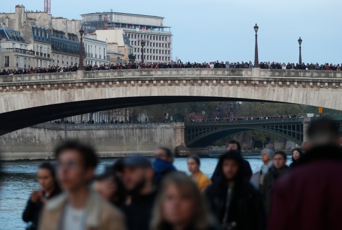 <p> Hàng nghìn người tụ tập dọc sông Seine và trên cầu dõi theo tình hình đám cháy.</p>