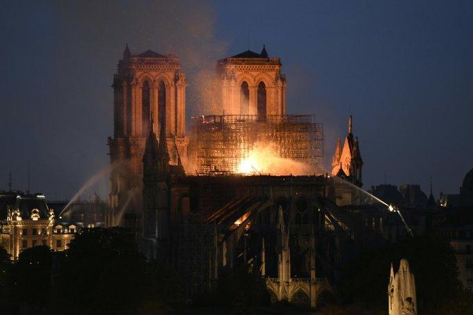 <p> Công trình Notre-Dame là một biểu tượng nổi tiếng, được xây dựng từ năm 1163 và hoàn thành vào năm 1345. Nhà thờ nằm trên một hòn đảo ở trung tâm Paris, đón khoảng 13 triệu người ghé thăm mỗi năm.Nhà thờ từng bị hư hại và được tu sửa rất nhiều lần trong suốt lịch sử hơn 850 năm của mình, tuy nhiên chưa bao giờ lại chịu thảm khốc nặng nề như sự cố vừa qua.</p>