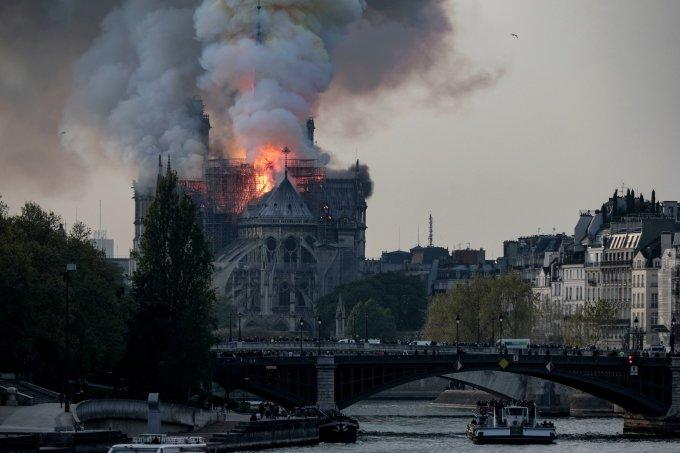 """<p> Tại hiện trường, hàng nghìn người dân tập trung ở khu vực lân cận nhà thờ để theo dõi và cầu nguyện, họ khóc vì """"tuyệt vọng và đau buồn giữa khói lửa. """"Nó giống như mất một thành viên trong gia đình riêng của chúng tôi"""", ông Pierre Guillaume Bonnet, 45 tuổi cho biết. """"Paris mà không có nhà thờ Đức Bà thì đâu còn là Paris nữa"""", một người khác nói.</p>"""
