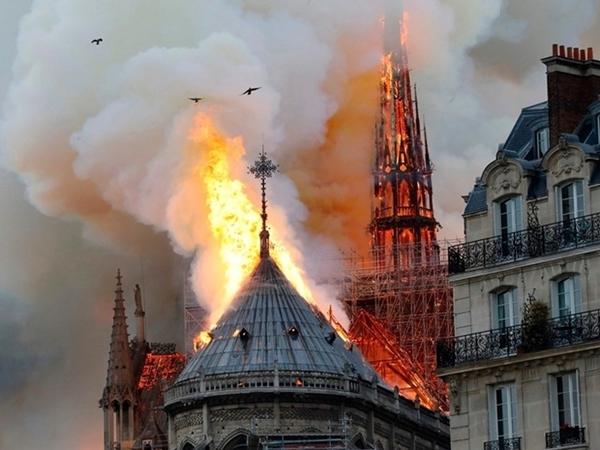 Cảnh tượng ngọn lửa bao trùm nhà thờ.
