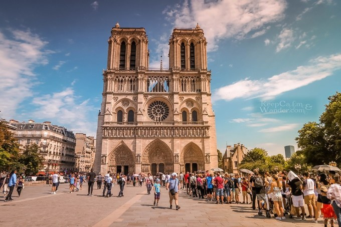 <p> Vụ hỏa hoạn đã làm chấn động nước Pháp và cả thế giới. Nhà thờ Đức Bà Parislà nhà thờ chính tòa của Tổng giáo phận Paris, đồng thời là nhà thờ Công giáo tiêu biểu, một biểu tượng của thành phố Paris cổ kính.</p>