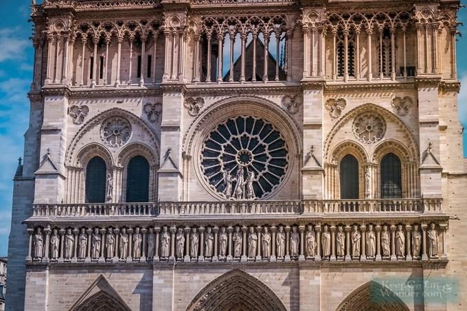 <p> Là công trình tôn giáo nổi tiếng nhất của phong cách kiến trúc Gothic, Nhà thờ Đức Bà Paris có các mái vòm cong đối xứng hai bên. Phía trên cổng chính là những tác phẩm điêu khắc biểu tượng tuyệt vời cho Kitô giáo.</p>