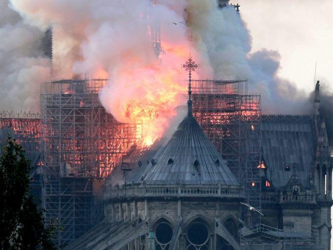 <p> Khoảng 19h ngày 15/4 (giờ địa phương), hỏa hoạn xảy ra ở Nhà thờ Đức Bà Paris gây thiệt hại lớn cho công trình kiến trúc nổi tiếng nước Pháp. Đỉnh tháp bị cháy nặng nề. Tháp chuông đổ sập, phần lớn mái nhà thờ bị lửa thiêu rụi.</p>