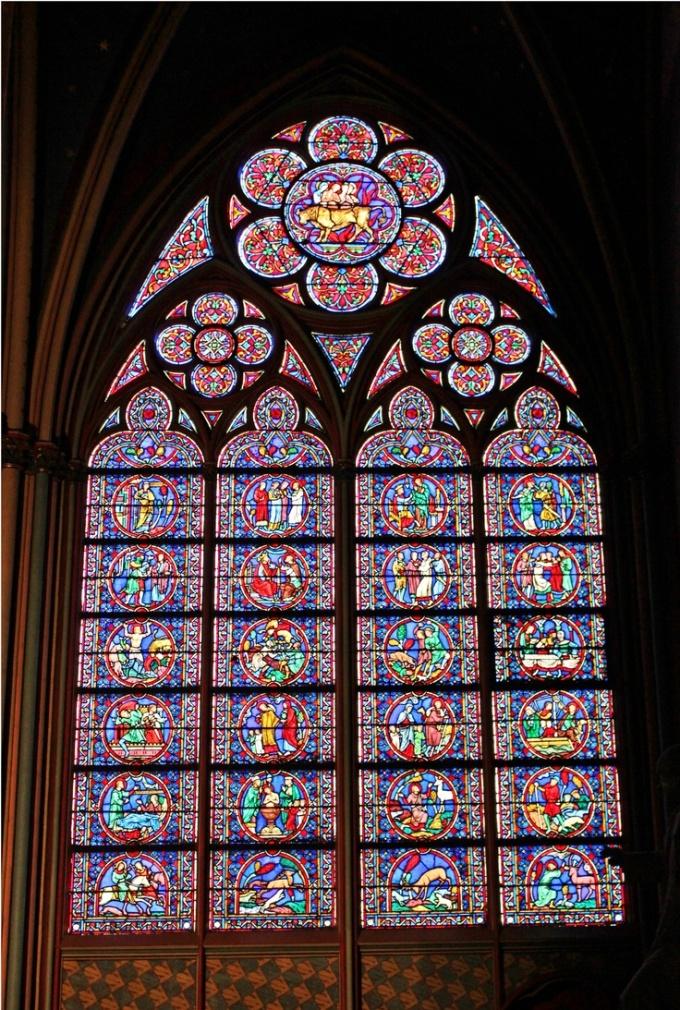 <p> Ô cửa sổ kính vạn hoa là chi tiết trang trí đặc trưng của Nhà thờ Đức Bà Paris. Ấn tượng nhất là cửa sổ hoa hồng nằm ở hai bên hông nhà thờ, thường được gọi là hoa hồng phía Bắc và hoa hồng phía Nam. Mỗi khung cửa kính này có đường kính gần 10 m. Nếu bạn nhìn qua máy ảnh phóng to, bạn sẽ thấy các ô cửa phác họa hình vẽ nhỏ xíu, ví dụ như cửa sổ hoa hồng sẽ cho thấy 80 cảnh Đức Trinh Nữ từ thời Cựu Ước.</p>