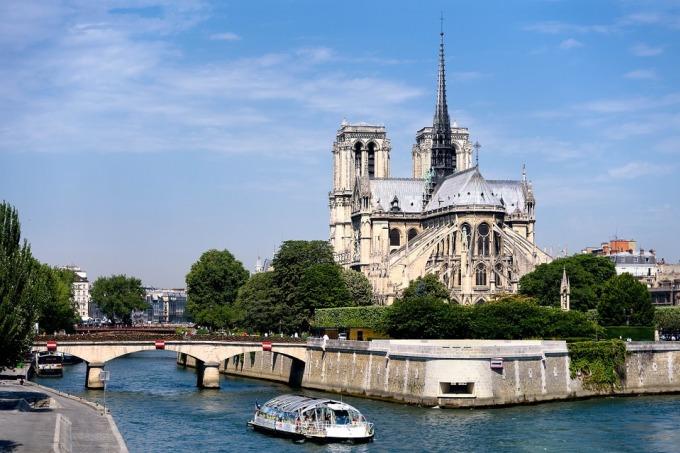 <p> Nhà thờ tọa lạc tại đảo Cité trên sông Seine. Năm 1163, viên đá đầu tiên được đặt với sự có mặt của Giáo hoàng Alexander III và vua Louis VII. Công trình tiếp tục được xây dựng suốt hơn 200 năm sau đó cho đến năm 1350 thì hoàn thành.</p>