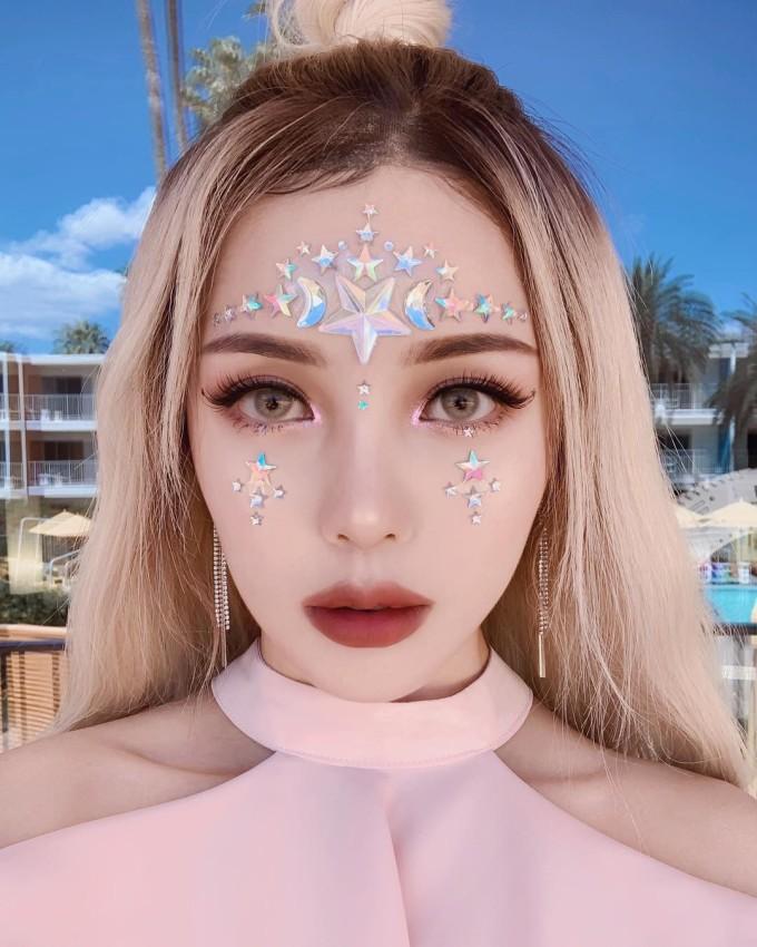 """<p> Pony được mệnh danh là """"phù thủy trang điểm"""" Hàn Quốc. Với gương mặt xinh đẹp cùng khả năng makeup thượng thừa, cô có hơn 6 triệu người theo dõi trên Instagram - con số chẳng kém các idol. Hai năm gần đây, Pony luôn là """"nữ hoàng"""" tại lễ hội mùa hè Coachella nhờ diện mạo nổi bật.</p>"""