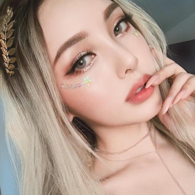 <p> Mỗi ngày tham dự, cô nàng lại lăng xê một lối trang điểm nhưng cách nào cũng được yêu thích, thu hút hàng trăm nghìn lượt thích trên Instagram.</p>