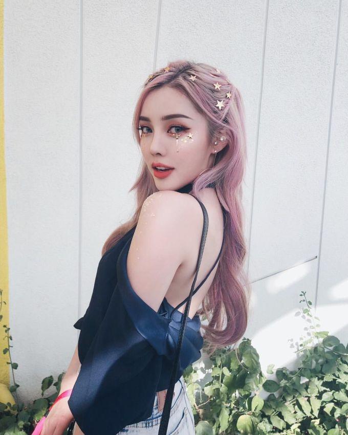 <p> Mái tóc của cô nàng cũng thường được tô điểm bằng các loại kẹp xinh xắn hoặc rắc nhũ kim tuyến.</p>