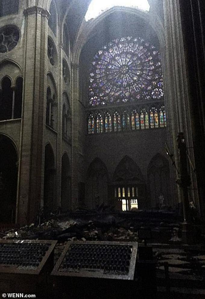 <p> Bức ảnh bên trong nhà thờ cho thấy ít nhất một trong những cửa sổ kính hoa hồng vẫn còn nguyên, nhưng các mảnh vỡ đang phủ dày trên sàn nhà.<em> Ảnh: Wenn.com</em></p>