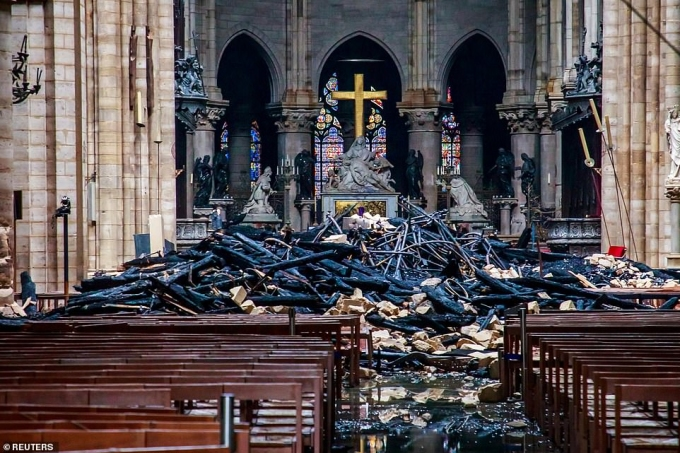 """<p> Chiều tối 15/4, cả nước Pháp chấn động khi Nhà thờ Đức Bà Paris bốc <a href=""""https://ione.vnexpress.net/tin-tuc/nhip-song/hong/hoa-hoan-nha-tho-duc-ba-duoc-dap-tat-hoan-toan-sau-9-gio-3910166.html?ctr=related_news_click"""">cháy dữ dội</a>. Ngọn lửa và những đám khói khổng lồ cuồn cuộn trên nóc nhà thờ Gothic, di tích lịch sử được ghé thăm nhiều nhất châu Âu, đã nhiều người không khỏi<a href=""""https://ione.vnexpress.net/tin-tuc/nhip-song/hong/nguoi-dau-tien-vao-nha-tho-duc-ba-paris-sau-vu-chay-3910315.html""""> choáng váng</a>. """"Không có từ ngữ nào để miêu tả sự mất mát của chúng tôi"""", một đại sứ Pháp nói với truyền thông. Những hình ảnh được công bố từ<em> CNN</em>cho thấy<a href=""""https://ione.vnexpress.net/photo/hong/nhung-hinh-anh-dau-tien-trong-nha-tho-duc-ba-paris-sau-vu-chay-3909806.html?ctr=related_news_click""""> thiệt hại nặng nề</a> bên trong Nhà thờ Đức Bà sau vụ cháy.</p>"""