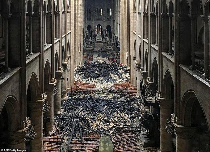 <p> Một phát ngôn viên của nhà thờ nói với AFP, cấu trúc bằng gỗ chống đỡ mái nhà bị ngọn lửa đốt cháy, thiêu rụi thành đống đổ nát. Ảnh: <em>AFP.</em></p>