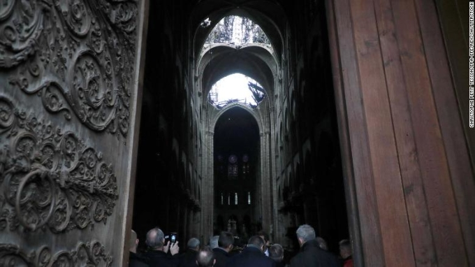 <p> Hình ảnh chụp từ phía trong cho thấy phần mái nhà thờ bị thiêu rụi, thủng một hổng lớn.</p>