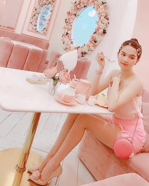 Ngọc Trinh không chỉ diện đồ màu hồng từ đầu đến chân mà còn ngồi trong không gian quán ngập tràn màu hồng đúng kiểu công chúa.